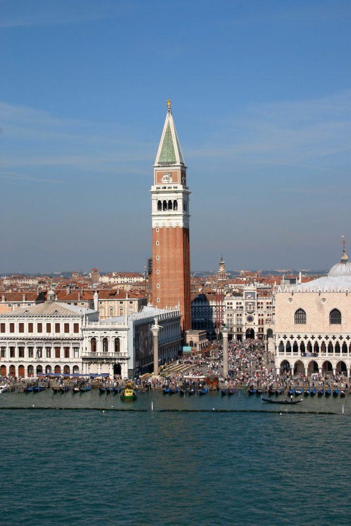 Zvonik in trg sv. Marka iz križarke